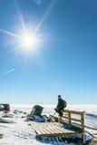 Mann in den schneebedeckten Bergen Lizenzfreies Stockfoto