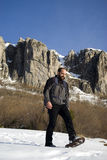 Mann in den Schneeschuhen Stockfotografie