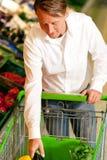 Mann in den Supermarkteinkaufenlebensmittelgeschäften Stockfoto