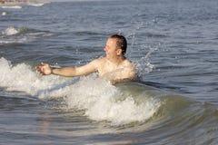 Mann in den Wellen Stockfotografie