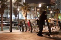 Mann-denkendes Schattenbild - Unterlassungsstrand nachts Stockbild