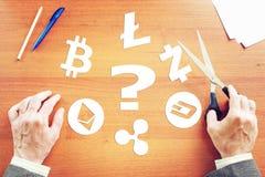 Mann denkt, welches cryptocurrency besser zu wählen ist Stockfoto