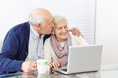 Mann, der ältere Frau an küsst lizenzfreie stockbilder