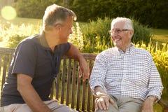Mann, der älteren männlichen Verwandten in der Anlage des betreuten Wohnens besucht lizenzfreies stockfoto