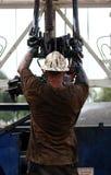 Mann, der an Ölplattform arbeitet stockbild