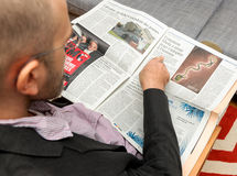 Mann, der über Ebola Virus Behandlung liest Lizenzfreies Stockfoto