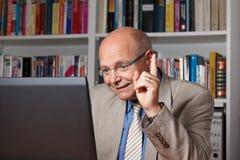 Mann, der über Internet anweist Lizenzfreie Stockfotos