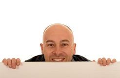 Mann, der über leerem Zeichen schaut Stockfoto