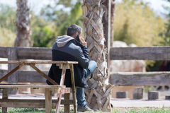 Mann, der über Telefon spricht Lizenzfreies Stockbild