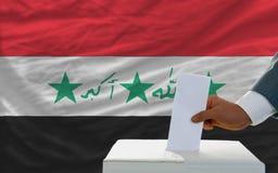 Mann, der über Wahlen im Irak abstimmt Lizenzfreies Stockbild