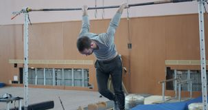 Mann, der Übung auf gymnastischer Stange durchführt stock video footage