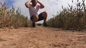 Mann, der Übung für Beine nachdem dem Laufen tut stock video footage