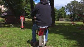 Mann, der Übung für Beine tut stock footage