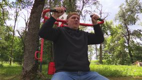 Mann, der Übung für Kasten an im Freien tut stock footage