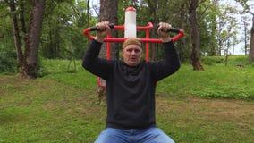 Mann, der Übung für Schultern tut stock video footage
