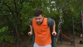 Mann, der Übung im Park tut Eignungsmann, der die Liegestütze im Freien tut Geeignetes Jungentraining im Sommerpark Eignung und S stock video