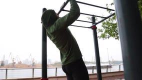Mann, der Übung im Park tut Eignungsmann, der die Liegestütze im Freien tut Geeignetes Jungentraining im Sommerpark Eignung und S stock video footage