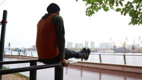 Mann, der Übung im Park tut Eignungsmann, der die Liegestütze im Freien tut Geeignetes Jungentraining im Sommerpark Eignung und S stock footage