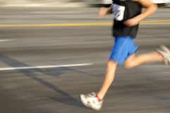 Mann, der 2 laufen lässt Stockfotografie