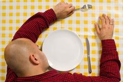 Mann, der am Abendtische schläft Stockfotos