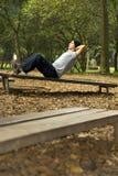 Mann, der ABS am Park - Vertikale ausübt Lizenzfreies Stockbild