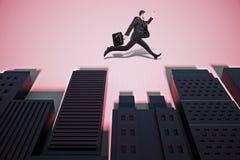 Mann, der in abstrakte Stadt mit Schatten läuft Stockfoto
