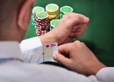Mann, der Ace-Karte vom Ärmel zieht Stockfotos
