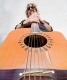 Mann, der acoutic Gitarre spielt Lizenzfreie Stockfotografie
