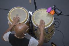 Mann, der afrikanische Trommeln spielt Stockbild