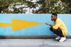 Mann der afrikanischen Abstammung auf der Straßenseite Stockfotografie