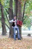 Mann, der Akkordeon spielt Lizenzfreie Stockbilder