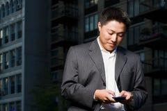 Mann, der Aktentaschencomputer verwendet Lizenzfreie Stockbilder