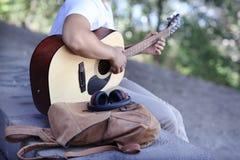 Mann, der Akustikgitarre auf Straße spielt Lizenzfreie Stockbilder