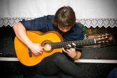 Mann, der Akustikgitarre spielt Stockbild