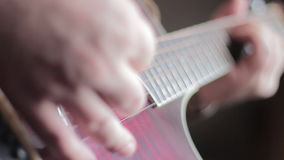 Mann, der Akustikgitarre spielt stock footage