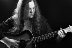 Mann, der Akustikgitarre spielt Lizenzfreies Stockbild