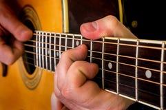 Mann, der Akustikgitarre spielt Lizenzfreie Stockfotos