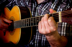 Mann, der Akustikgitarre spielt Stockfotos