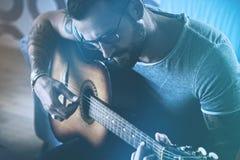Mann, der Akustikgitarre spielt Lizenzfreies Stockfoto