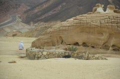 Mann, der allein in der Wüste betet Lizenzfreies Stockfoto