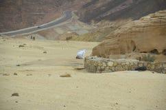 Mann, der allein in der Wüste betet Lizenzfreie Stockbilder