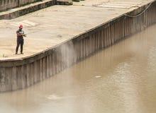 Mann, der allein in Kuala Lumpur fischt lizenzfreies stockbild
