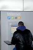 Mann, der allgemeines Internet, Màlaga verwendet. Stockfotografie