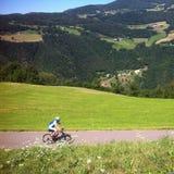 Mann, der in Alpen radfährt Lizenzfreies Stockbild
