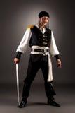 Mann, der als Pirat an der Kamera aufwirft Abschluss oben Stockfoto