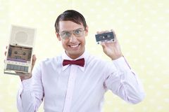 Mann, der alte Audiokassette hält Lizenzfreie Stockbilder