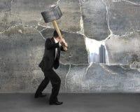 Mann, der alte Betonmauer knackt Stockfotografie