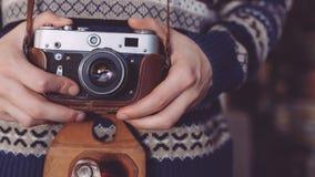 Mann, der alte Retro- Kamera in den Händen hält Lizenzfreie Stockfotografie