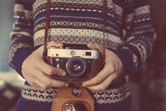 Mann, der alte Retro- Kamera in den Händen hält Lizenzfreie Stockfotos