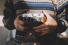 Mann, der alte Retro- Kamera in den Händen hält Lizenzfreies Stockbild